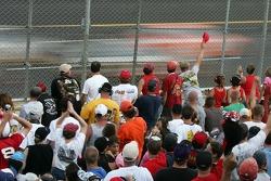 Les fans de Talladega saluent Dale Earnhardt Jr. Alors qu'il prend la tête
