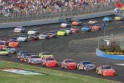 Jeff Gordon mène le peloton sur la pit road