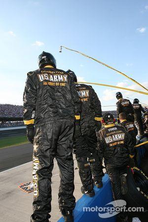 Membres de l'équipe U.S. Army Chevy prêts pour un pitstop