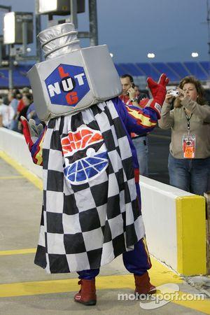 Lug Nut s'amuse avec les fans