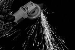 Des étincelles jaillissent lorsqu'un membre de Coors Light Dodge travaille sur une pièce de métal
