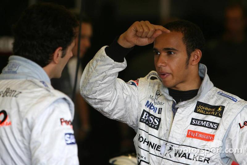 Lewis Hamilton parle avec Pedro de la Rosa
