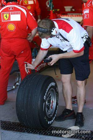Un ingénieur de chez Bridgestone vérifie les pneus