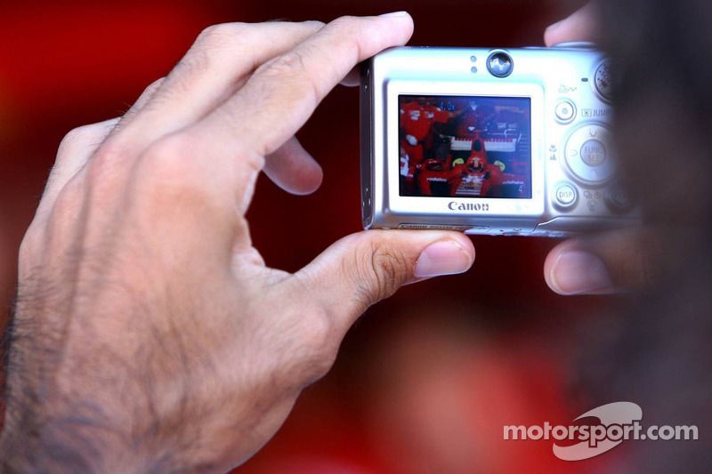 Un invité prend une photo de Michael Schumacher