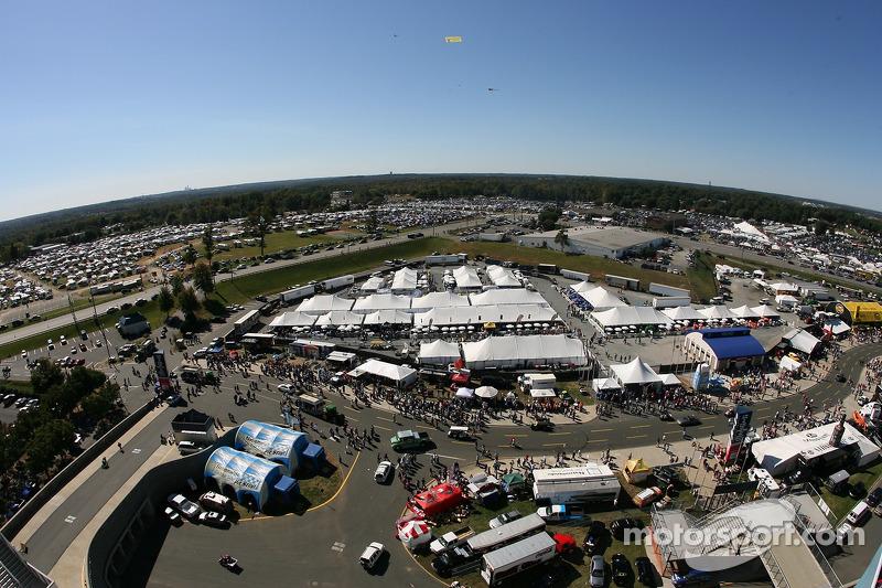 Une vue du décor et du village d'accueil du Lowe's Motor Speedway Charlotte
