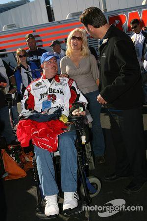 Conférence de presse de Robby Gordon Motorsports : Robby Gordon signe un autographe pour un fan