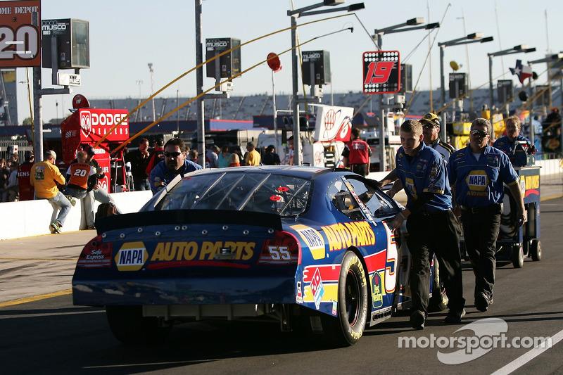 Les membres de NAPA Dodge poussent la voiture vers la grille de départ