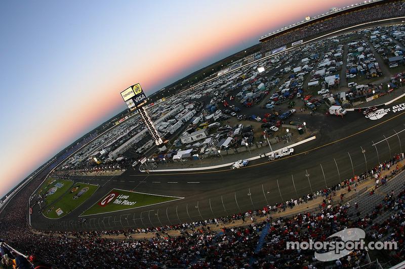 Vue du Lowe's Motor Speedway Charlotte depuis le virage 1 quelques minutes avant le départ