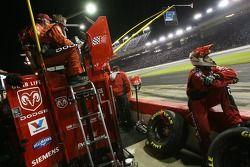 Des membres de Dodge Dealers / UAW Dodge regardent la fin de la course
