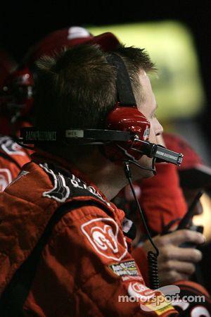 Un membre de Dodge Dealers / UAW Dodge regarde la fin de la course