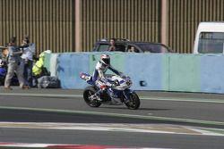 Le vainqueur de la première course est James Toseland