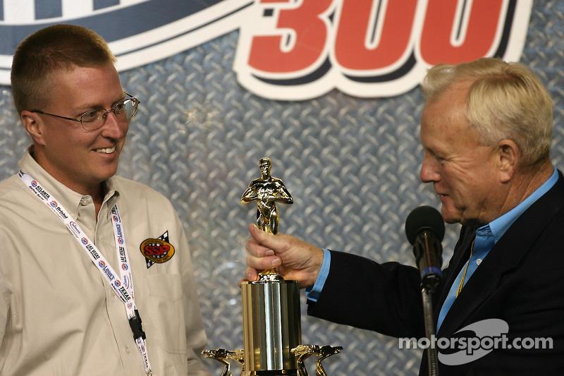 Humpy Wheeler présente un trophée spécial