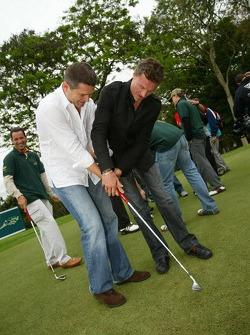 Golf tournament: David Coulthard teaches Gil de Ferran how to hold a golf club