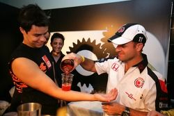 Lucky Strike PR day: Rubens Barrichello makes a cocktail, ve arm
