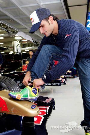 Vitantonio Liuzzi ve his racing shoes yeni design garajı