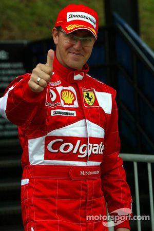 Un Michael Schumacher mira el circuito