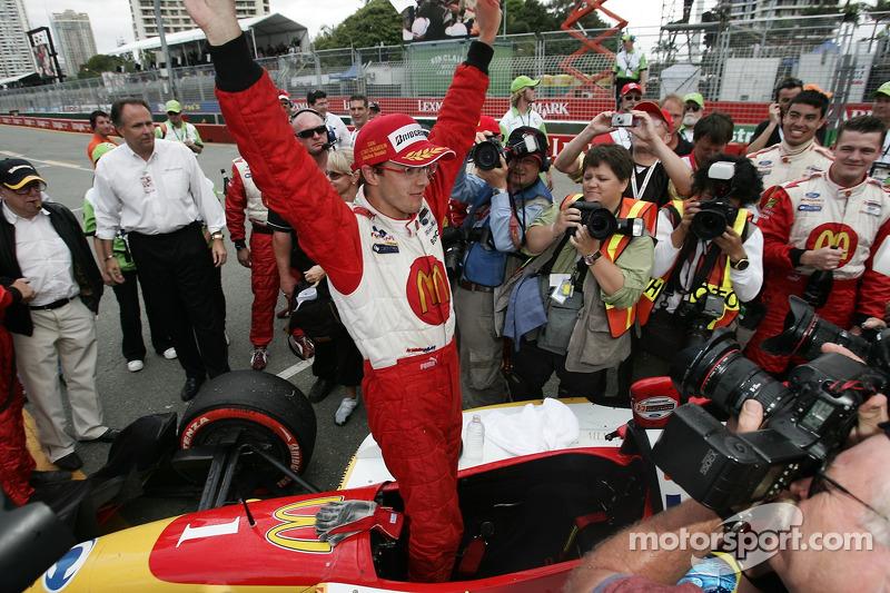 Le champion 2006 de Champ Car World Series Sébastien Bourdais célèbre son troisième titre de suite