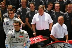 McLaren Mercedes takım fotoğrafı: Pedro de la Rosa ve McLaren Mercedes takım elemanları