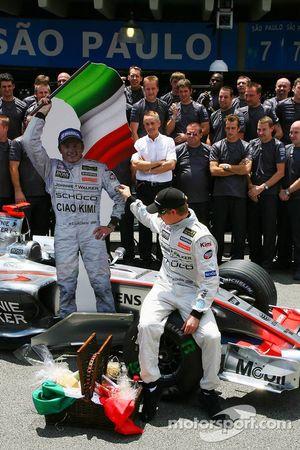 Foto del equipo McLaren Mercedes: Ron Dennis da Kimi Raikkonen un presente