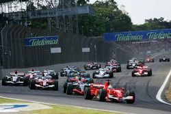 Start: Felipe Massa takes the lead in front of Kimi Raikkonen, Jarno Trulli, Giancarlo Fisichella and Fernando Alonso