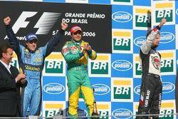 Podio: Felipe Massa con Fernando Alonso, campeón del mundo 2006, y Jenson Button