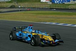 Le Champion du Monde de F1 2006 Fernando Alonso célèbre