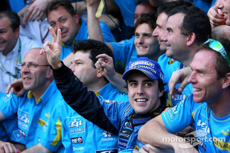 Чемпіон Ф1 2006 року Фернандо Алонсо святкує з членами команди Renault F1
