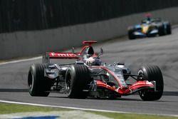 Kimi Raikkonen delante de Fernando Alonso