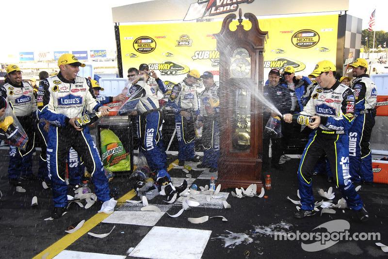 Zone de célébration : Champagne pour le vainqueur de la course Jimmie Johnson