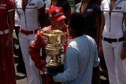 Ceremonia de la retirada de Michael Schumacher de la F1: recibe un trofeo de Pelé