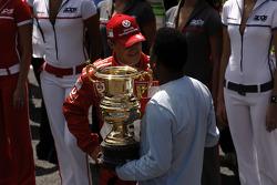 Abschiedszeremonie für Michael Schumacher in der Startaufstellung: Michael Schumacher erhält einen Pokal von Pelé