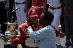 Abschiedszeremonie für Michael Schumacher in der Startaufstellung: Michael Schumacher erhält einen P