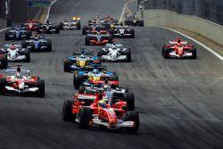 Inicio de la carrera: Felipe Massa, líder por delante de Kimi Raikkonen