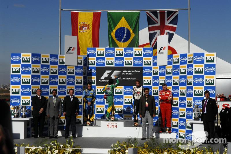 Podio: ganador de la carrera Felipe Massa y campeón del mundo 2006, segundo lugar Fernando Alonso y tecer lugar Jenson Button