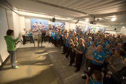 Чемпион мира F1 2006 года Фернандо Алонсо благодарит команду Renault F1 на заводе в Энстоуне