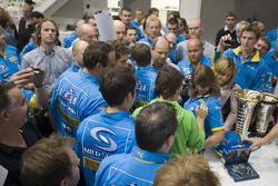 2006 Formula One World Champion Fernando Alonso thanks the Renault F1 Team at their factory in Ensto