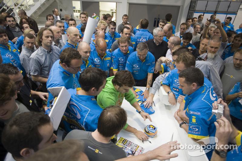 Чемпіон Ф1 2006 року Фернандо Алонсо відвідав базу команди Renault F1 Team в Енстоуні та подякував співробітникам