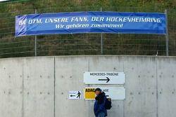 Indication sur le circuit d'Hockenheim mentionnant le lien étroit entre le circuit, les fans et le DTM par le passéet dans le futur