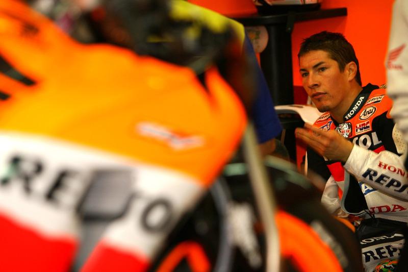 Самым неудачным этапом стала Португалия – предпоследний уик-энд того сезона, поставивший под удар весь чемпионат Ники. В гонке Хейдена выбил Дани Педроса – решающий этап американцу пришлось начинать с отставанием в восемь очков от нового лидера Росси.