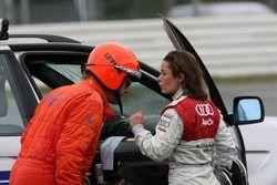 Vanina Ickx parle avec un médecin après son accident