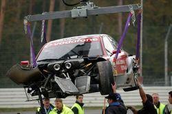 La voiture endommagée de Vanina Ickx montée sur un camion