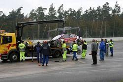 Des commissaires chargent la voiture de Vanina Ickx