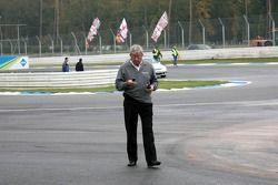 Roland Bruynseraerde, directeur de course de DTM, à l'endroit de l'accident de Vanina Ickx