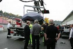 La voiture endommagée de Vanina Ickx sur un camion après son accident