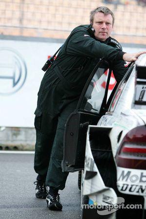 Un mécanicien pousse la voiture de Mathias Lauda