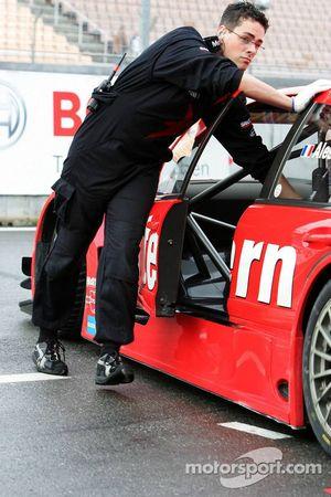Un mécanicien de chez Mercedes pousse la voiture de Jean Alesi