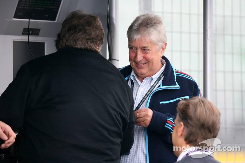 Herbie Blash en visite au DTM avec Norbert Haug sur le muret des stands