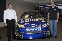 Conférence de presse : Le Program Manager de NASCAR de General Motors Racing, Pat Suhy, et JimmieJohnson prennent la pose devant la Chevy Impala SS Car of Tomorrow