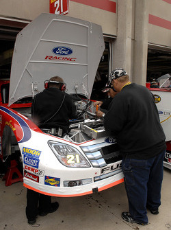 Le chef d'équipe Michael McSwain à l'œuvre pendant la préparation de course sur la Ford Fusion pilotée parKen Schrader