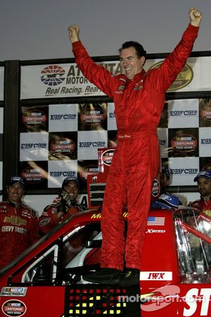 Zone de célébration : le vainqueur de la course Mike Bliss savoure